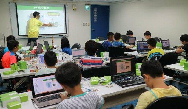 プログラミングを習う子供たち