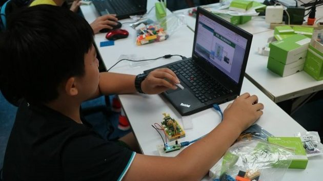 プログラミングを習う子供たち2